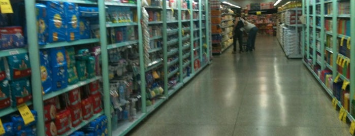 Supermercado Avenida is one of Tempat yang Disukai Paula.