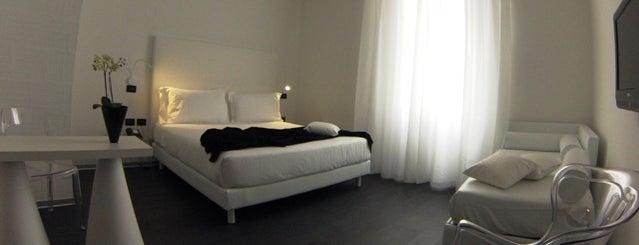 Metropolitan Hotel is one of Locais curtidos por Victoria &.