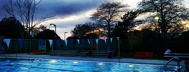 Simpkins Family Swim Center is one of Lugares favoritos de Katie.