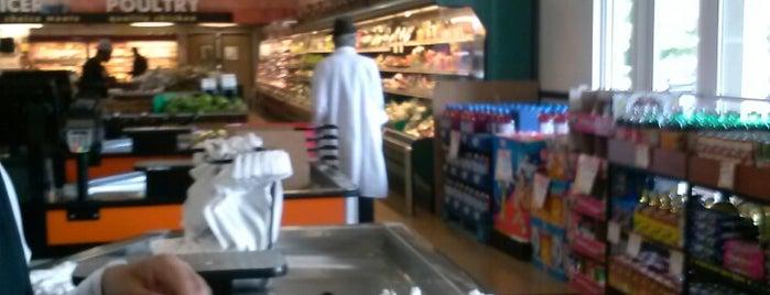 Diaz Supermarket is one of Tempat yang Disukai Avery.