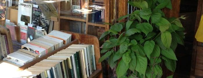 Walden Books is one of Tempat yang Disukai Ethan.