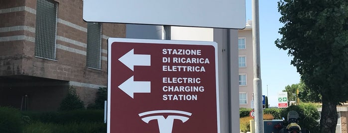 Tesla Supercharger Firenze is one of Orte, die Alessandro gefallen.