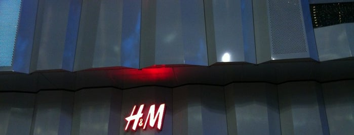 H&M is one of Locais curtidos por Kate.