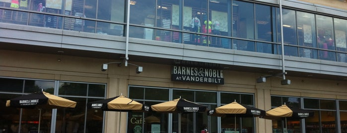 Barnes & Noble is one of Locais curtidos por Courtney.