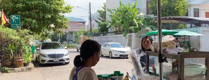 วงเวียนเสาธง หมู่บ้านพิบูลวัฒนา is one of Tee 님이 좋아한 장소.