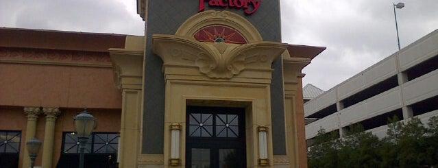 The Cheesecake Factory is one of Lugares favoritos de Derek.