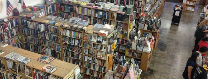 Half Price Books is one of Tempat yang Disukai Andres.