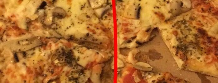 La Pizzeria is one of Lieux qui ont plu à Loren.
