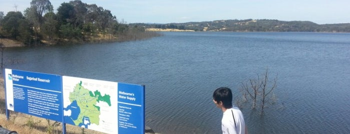 Saddle Dam Picnic Area - Sugarloaf Reservoir is one of Orte, die Mike gefallen.