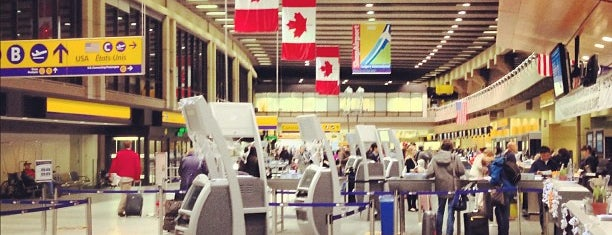Calgary International Airport (YYC) is one of Aeroporto.
