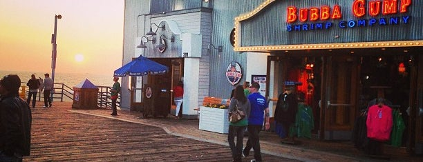 Bubba Gump Shrimp Co. is one of Locais curtidos por Cristina.