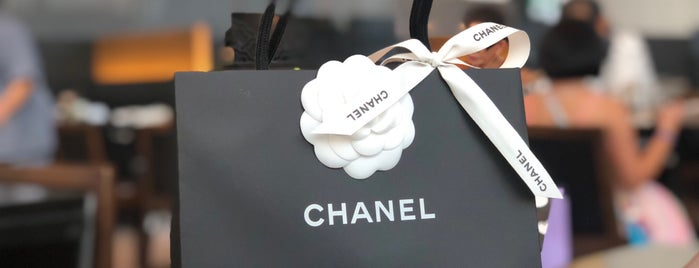 CHANEL is one of Posti che sono piaciuti a WuWu.