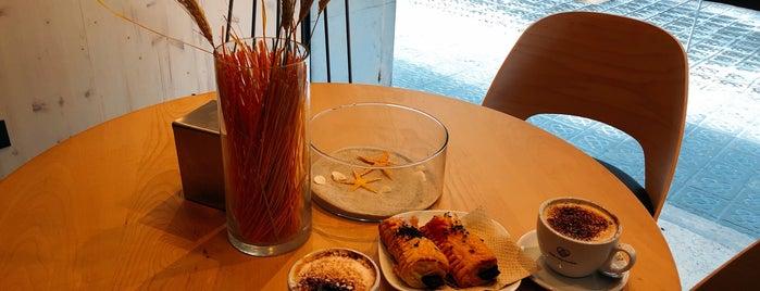 365 Café is one of Lieux qui ont plu à Dominic.