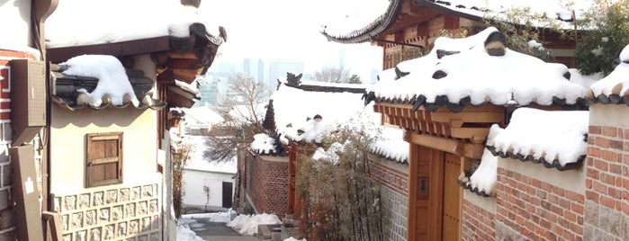 Bukchon Hanok Village is one of Posti che sono piaciuti a Hayo.