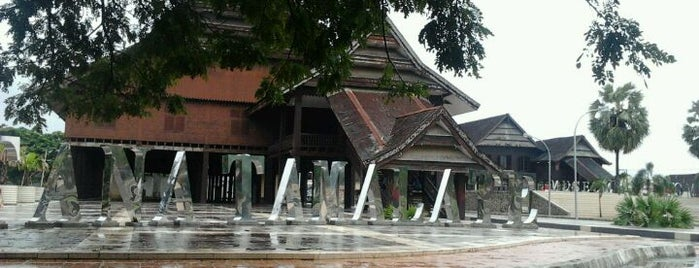 Museum Balla' Lompoa is one of Museum In Indonesia.
