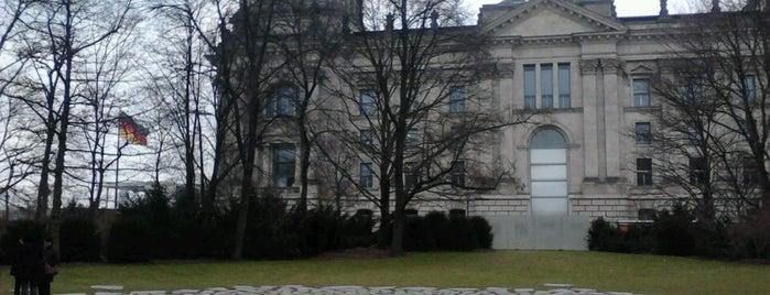 Denkmal für die im Nationalsozialismus ermordeten Sinti und Roma Europas is one of สถานที่ที่บันทึกไว้ของ Gonçalo.