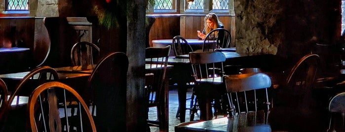 Three Broomsticks is one of Locais curtidos por Luke.