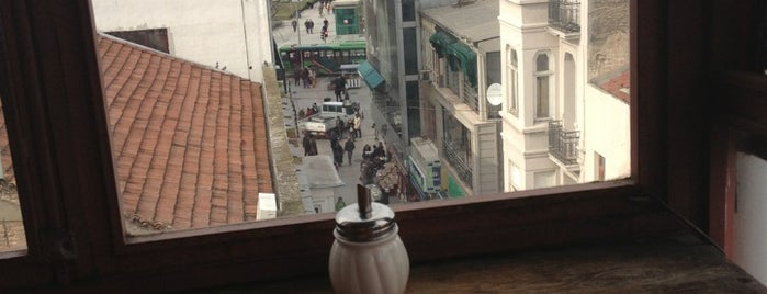Sığınak Cafe is one of Lugares favoritos de Ozge.