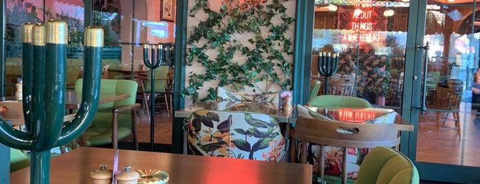 Lou Cafe Bistro is one of สถานที่ที่ Banu Y ถูกใจ.