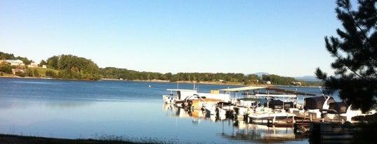 Lake Keowee Marina is one of สถานที่ที่ Jordan ถูกใจ.
