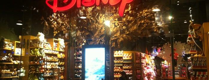 Disney Store is one of Orte, die Vasilis gefallen.
