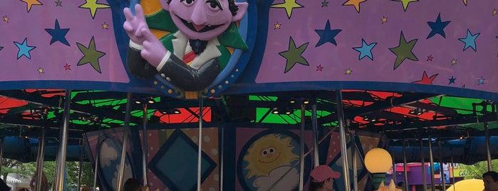 Sesame Place - Sunny Day Carousel is one of สถานที่ที่ Linnie ถูกใจ.
