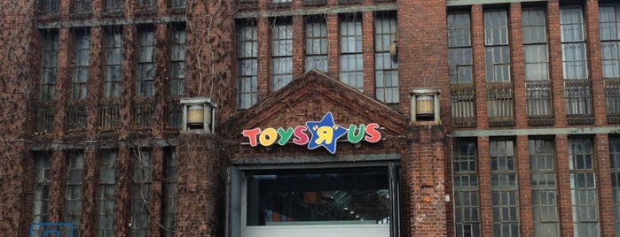 """Toys""""R""""Us is one of Lugares favoritos de Christian."""