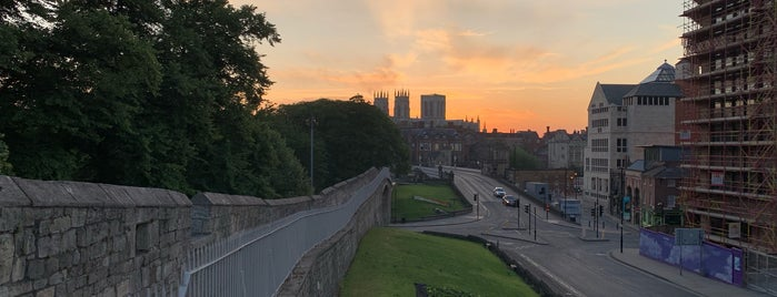City Walls (Micklegate Bar to Barker Tower) is one of يورك.