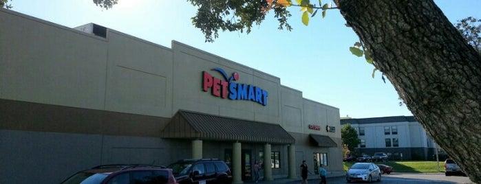 PetSmart is one of Orte, die J. gefallen.