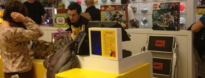 The LEGO Store is one of Lugares favoritos de Bruce.