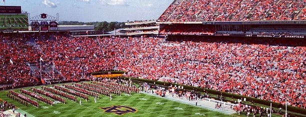 Jordan-Hare Stadium is one of Lugares favoritos de Daron.