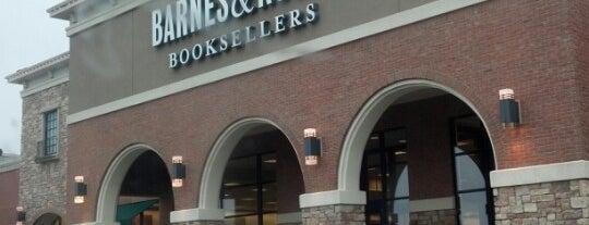 Barnes & Noble is one of Andrew'in Beğendiği Mekanlar.