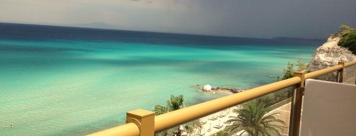 Sani Beach Hotel is one of Gespeicherte Orte von Ihor.