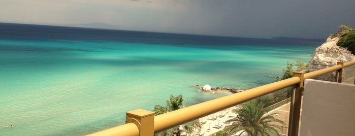 Sani Beach Hotel is one of Locais curtidos por Алексей.
