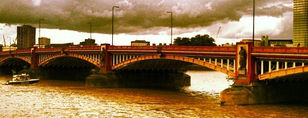 Vauxhall Bridge is one of Tempat yang Disukai Jon.