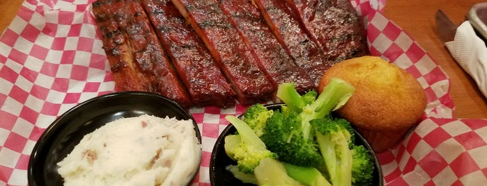 Famous Dave's Bar-B-Que is one of Lugares favoritos de Christina.