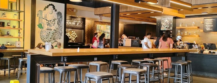 Starbucks Reserve is one of Tempat yang Disukai Christina.