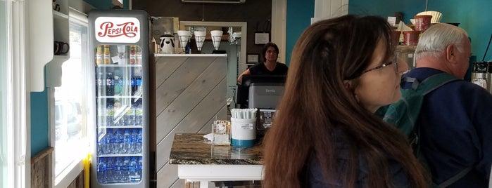 Coffee Hound Coffee Bar is one of Lugares favoritos de Christina.