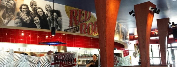 Red Robin Gourmet Burgers and Brews is one of Posti che sono piaciuti a Joe.