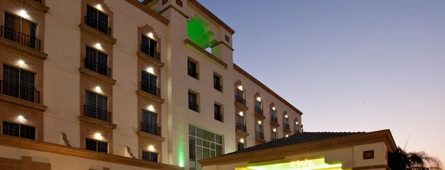 Holiday Inn is one of Sandraさんのお気に入りスポット.