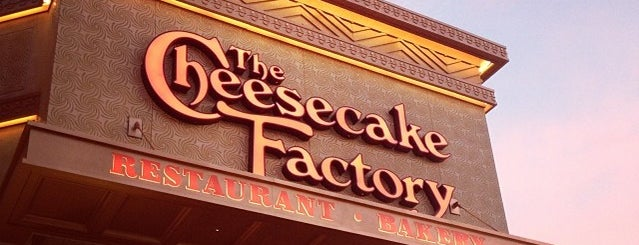 The Cheesecake Factory is one of Tempat yang Disukai Joey.