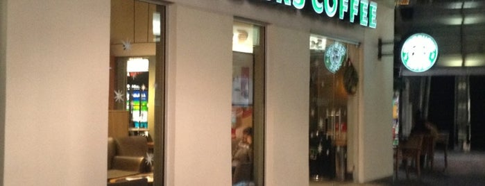 Starbucks is one of Locais curtidos por Dorian.