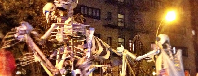 NYC Village Halloween Parade is one of Tempat yang Disukai Tani.