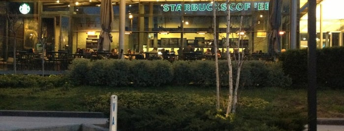Starbucks is one of Lieux qui ont plu à Esra.