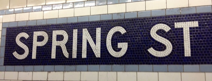 MTA Subway - Spring St (6) is one of Locais curtidos por Geraldine  🤡😻😆💋👋.
