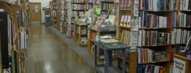 Half Price Books is one of Wade'nin Beğendiği Mekanlar.