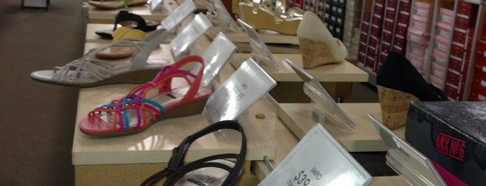 DSW Designer Shoe Warehouse is one of Locais curtidos por Lukas.