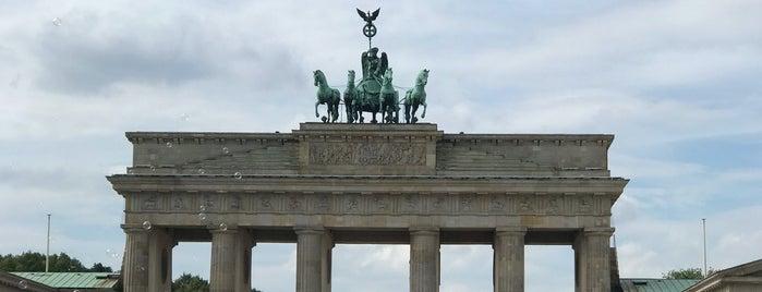 Brandenburger Tor is one of Orte, die Henry gefallen.