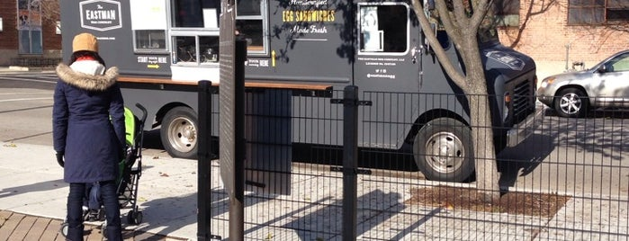 The Eastman Egg Company Food Truck is one of Nikkia J'ın Kaydettiği Mekanlar.