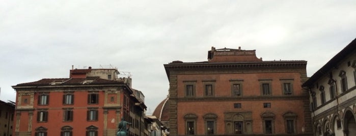 Piazza della Santissima Annunziata is one of Viola'nın Beğendiği Mekanlar.